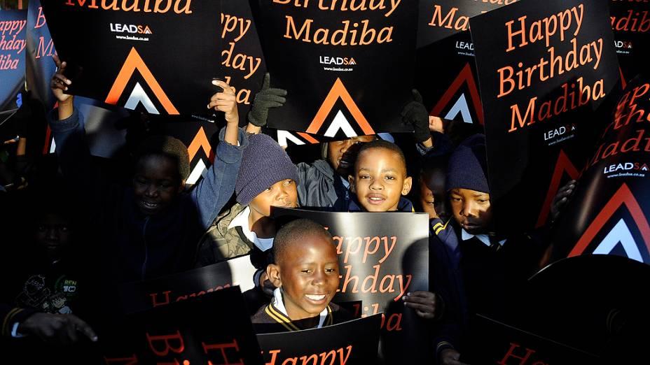 Crianças sul-africanas cantam em comemoração ao aniversário de 94 anos do ex-presidente do país, Nelson Mandela