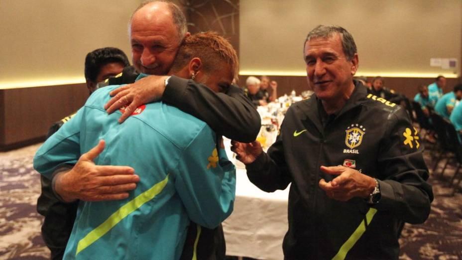 Neymar recebe os parabéns de Felipão e Parreira na concentração da seleção, em Londres