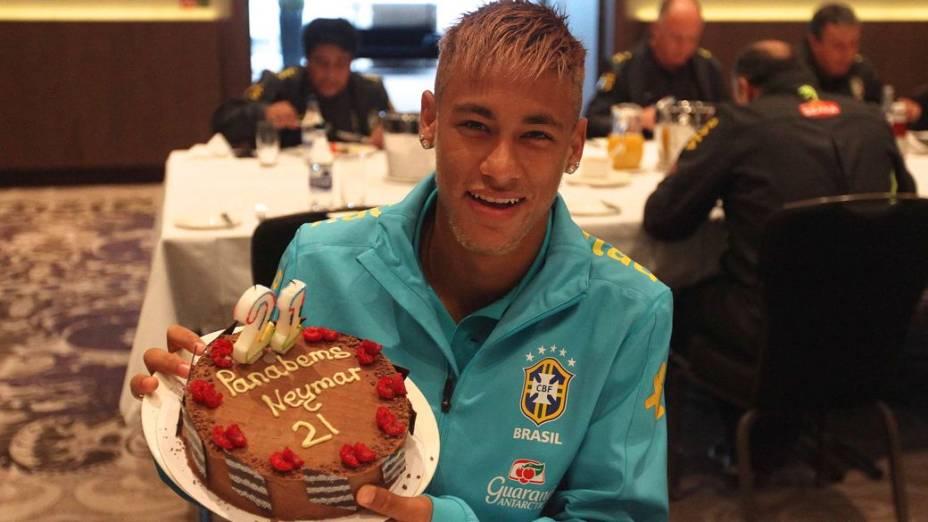 Neymar comemora seu aniversário na concentração da seleção, em Londres