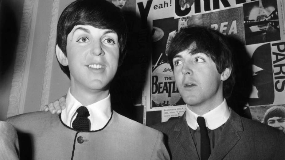 Paul McCartney no museu de cera Madame Tussaud com sua estátua recém-revelada em 1964
