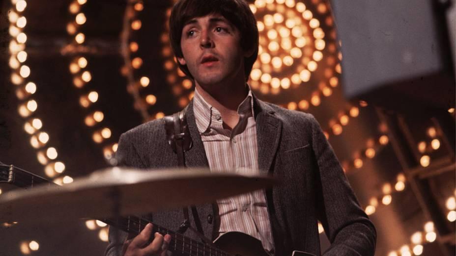 Paul McCartney, como baixista e compositor dos Beatles, durante apresentação em 1966