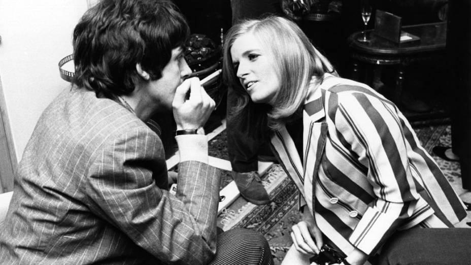 Fotógrafa Linda Eastman fala com Paul McCartney no lançamento de imprensa do disco Sergeant Peppers Lonely Hearts Club Band em 1967. O casal se casou dois anos depois