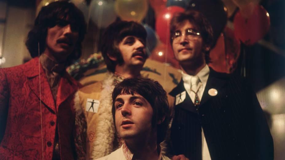 """Beatles nos estúdios da EMI em Abbey Road, se preparando para o programa de televisão """"Our World"""" em 1967"""
