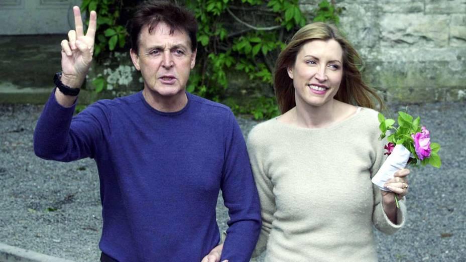 Paul McCartney e sua segunda esposa, a modelo Heather Mills em 2002