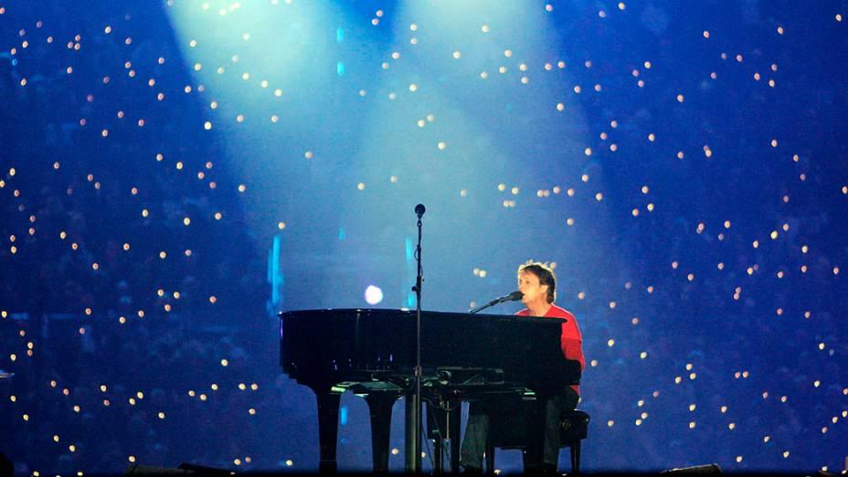 <br><br>  O cantor Paul McCartney realiza durante o Super Bowl XXXIX show do intervalo em Alltel Stadium em 6 de fevereiro de 2005, em Jacksonville, Flórida<br><br>