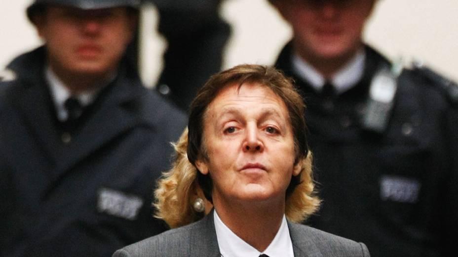 Paul McCartney chega ao Supremo Tribunal em 15 de fevereiro de 2008, em Londres, para mais um dia da audiência que decidiu um acordo financeiro para o divórcio