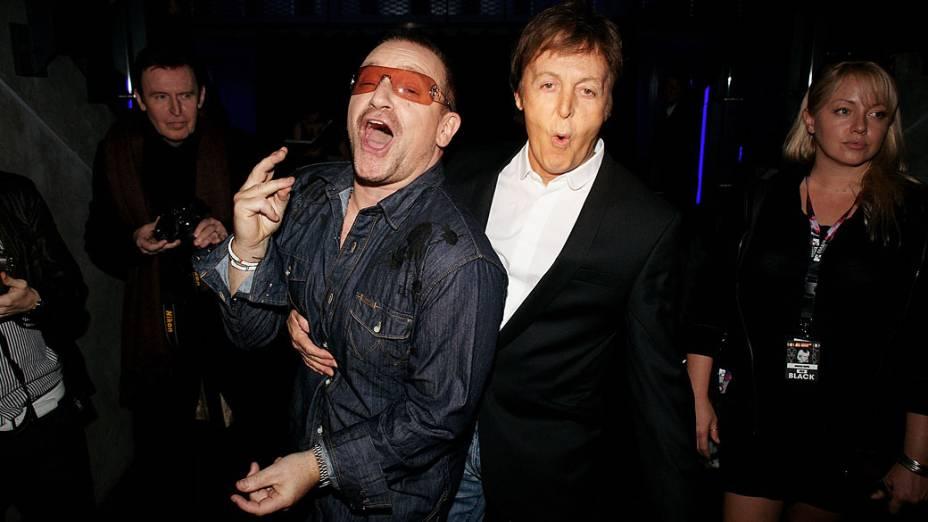 Bono e Paul McCartney no palco do MTV Europe Music Awards, realizado no Echo Arena em 6 de novembro de 2008, em Liverpool, Inglaterra