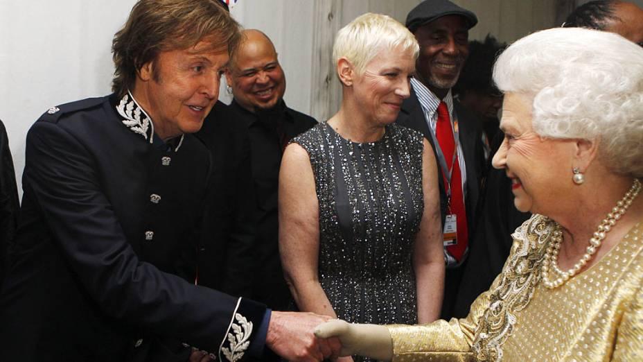 Cantor britânico cumprimenta a rainha Elizabeth II durante as comemorações do Jubileu de Diamante