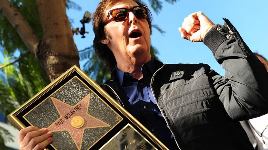 """Paul McCartney posa para imprensa após a inauguração de sua estrela na """"Calçada da Fama de Hollywood"""", Califórnia"""