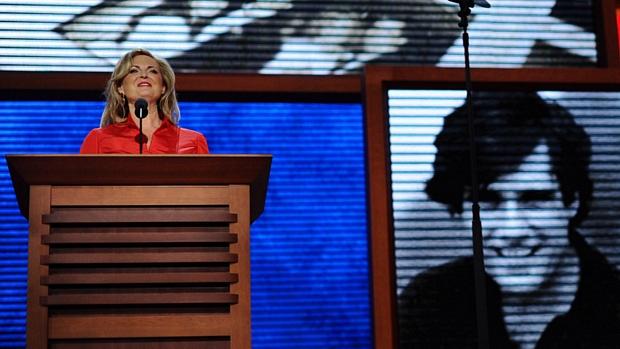 Telão mostra foto de um jovem Mitt Romney durante o discurso de Ann, mulher do candidato