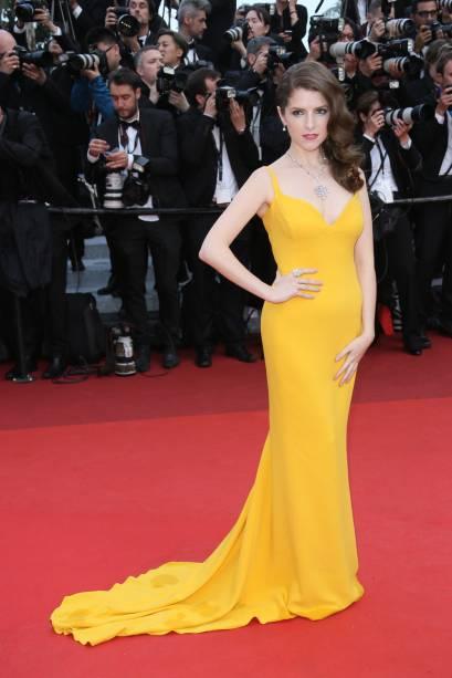 Anna Kendrick desfilou com um vestido amarelo Stella McCartney durante a abertura do Festival de Cannes 2016