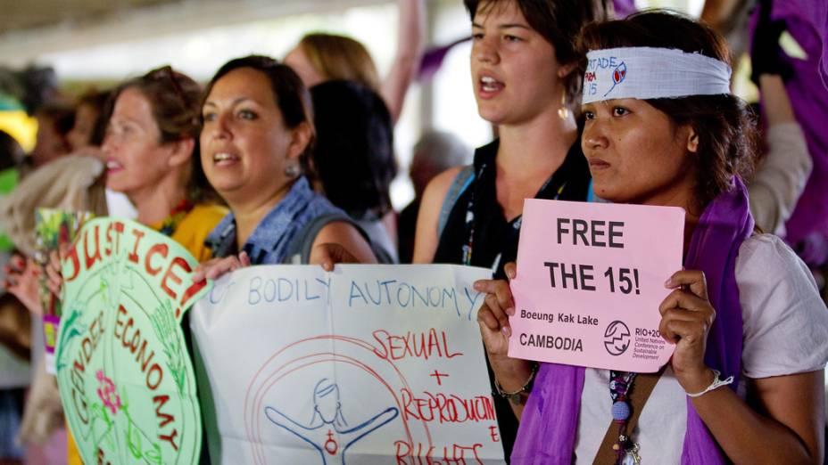 Mulheres de várias nacionalidades fazem protesto no Riocentro, contra a aprovação do texto final
