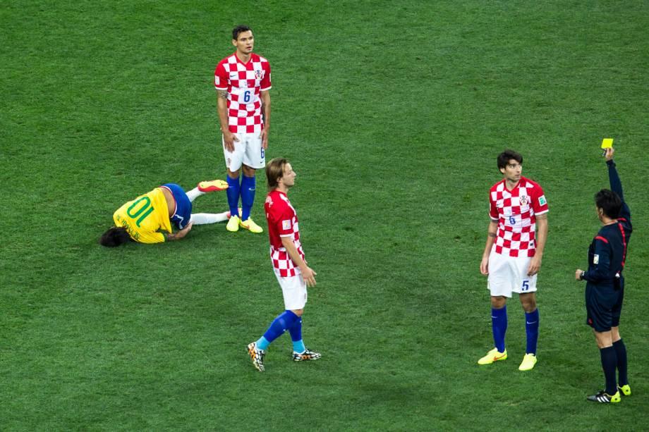 Juiz mostra cartão amarelo para jogador da Croácia após falta em Neymar