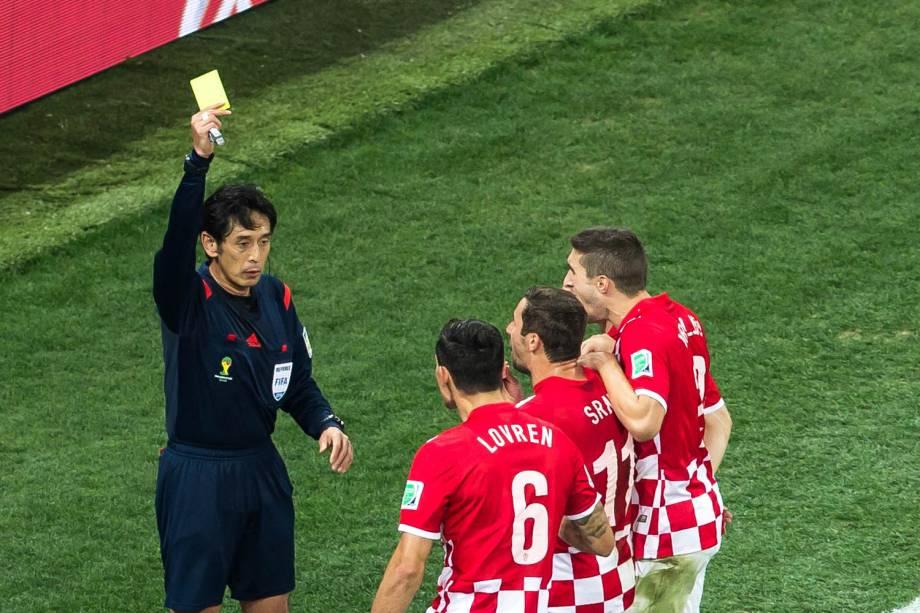 Juiz mostra cartão amarelo para jogador da Croácia