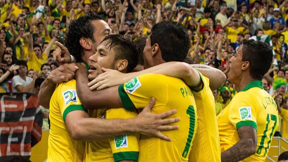 Jogadores comemoram terceiro gol no estádio Maracanã durante final da Copa das Confederações entre Brasil e Espanha, no Rio de Janeiro
