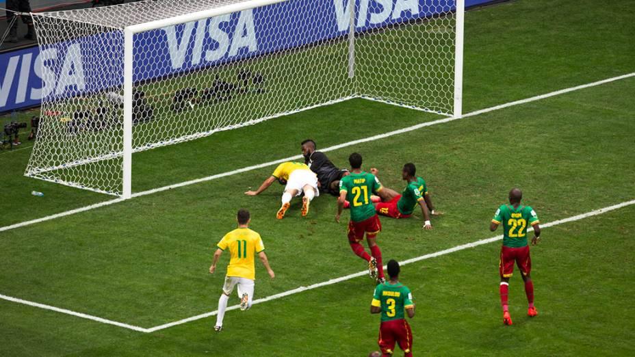 Fred tenta fazer gol no jogo contra Camarões no Mané Garrincha, em Brasília