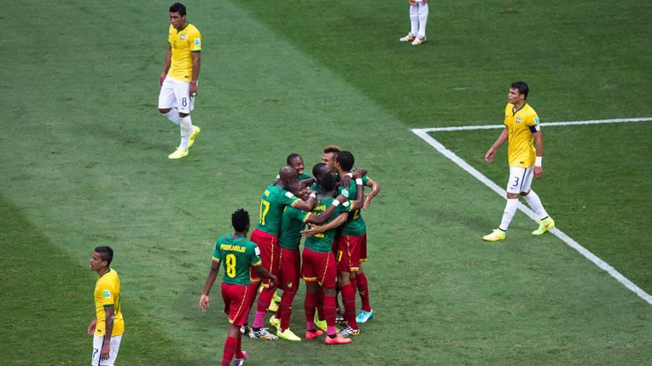 Jogadores do Camarões comemoram gol de empate contra o Brasil no Mané Garrincha, em Brasília