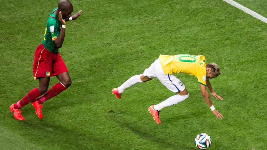 Neymar sofre falta do jogador de Camarões no Mané Garrincha, em Brasília
