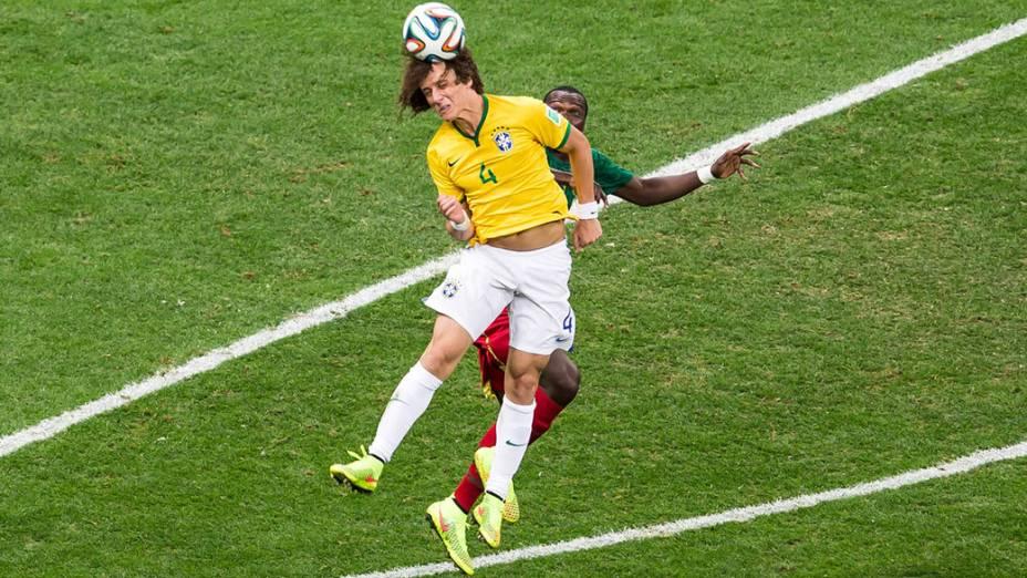 David Luiz cabeceia a bola no jogo contra camarões