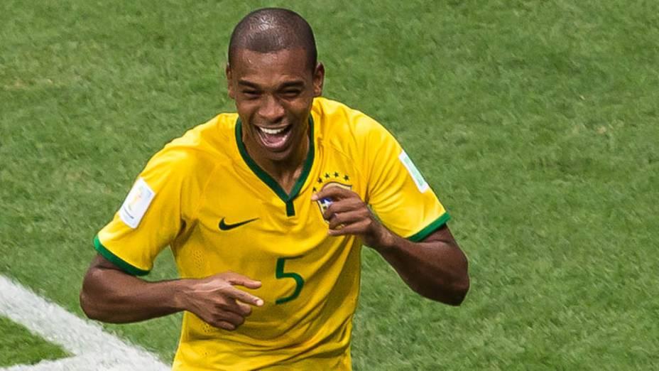 Fernandinho comemora o quarto gol do Brasil contra Camarões no Mané Garrincha, em Brasília