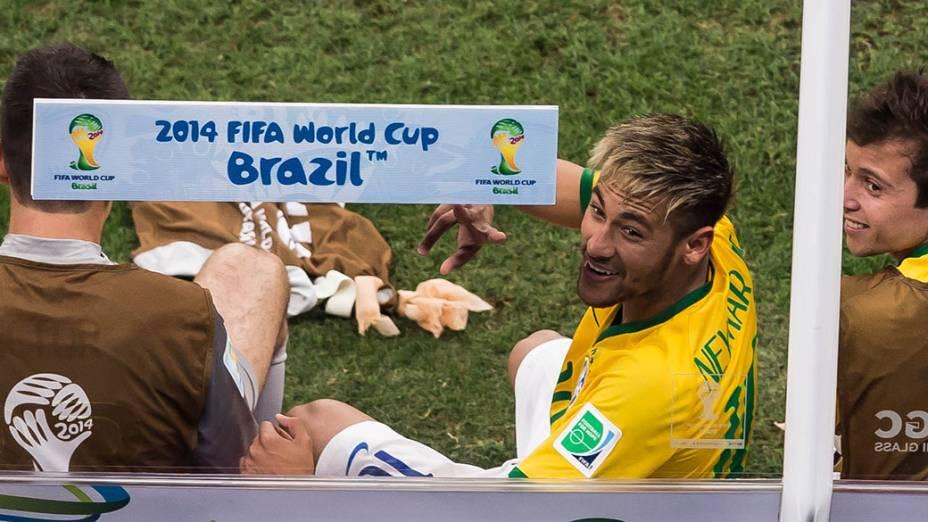 Neymar acena para torcida no jogo contra Camarões no Mané Garrincha, em Brasília