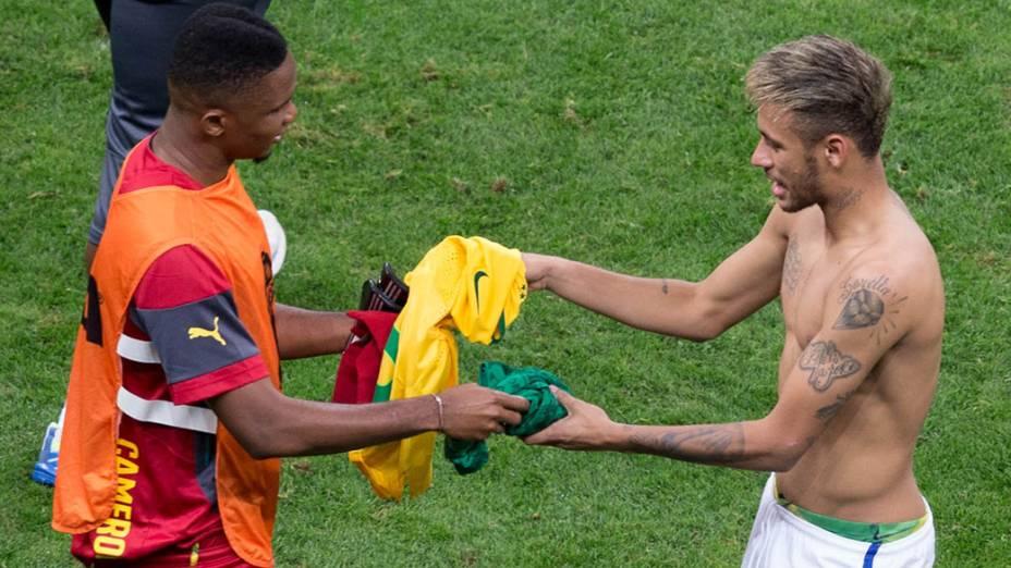 Neymar troca camisa com o camaronês Samuel Etoo