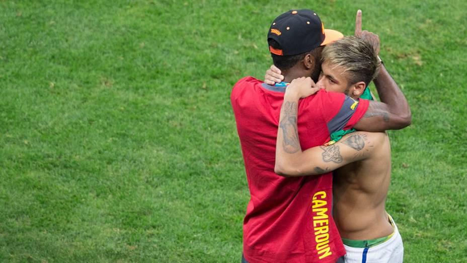 Neymar cumprimenta o camaronês Alexandre Song no final da partida
