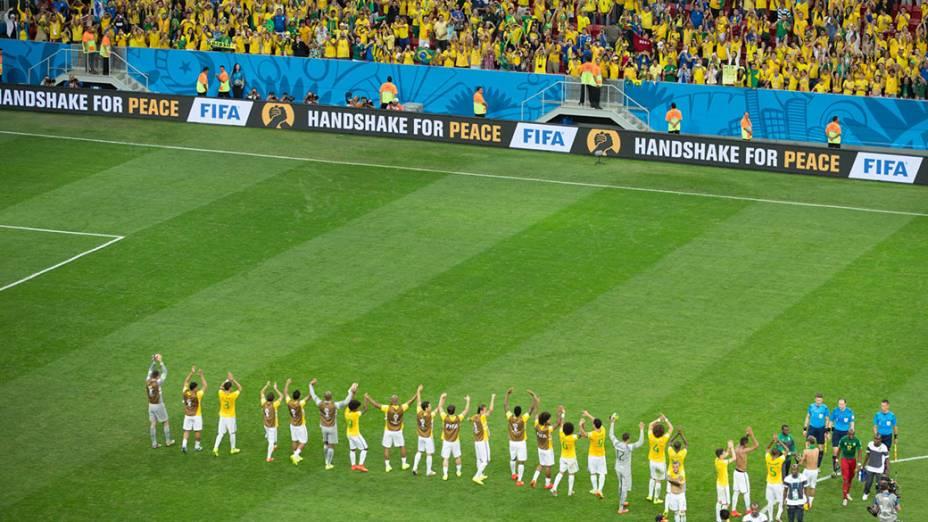Jogadores do Brasil comemoram a vitória sobre Camarões no Mané Garrincha, em Brasília