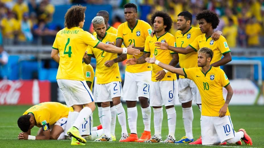 David Luiz cumprimenta os jogadores da seleção após gol nas penalidades