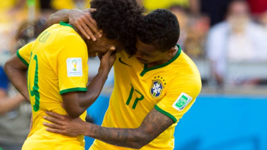 Luiz Gustavo consola Willian após o jogador perder pênalti