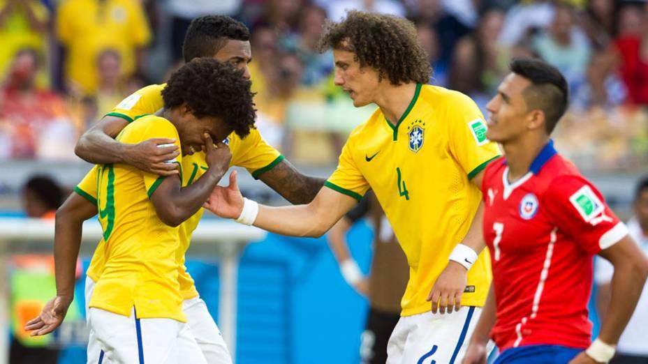 Luiz Gustavo e David Luiz consolam William após o jogador perder pênalti contra o Chile
