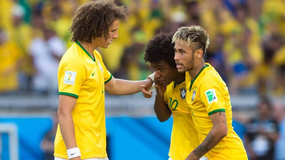 Neymar e David Luiz consola Willian após o jogador perder pênalti contra o Chile