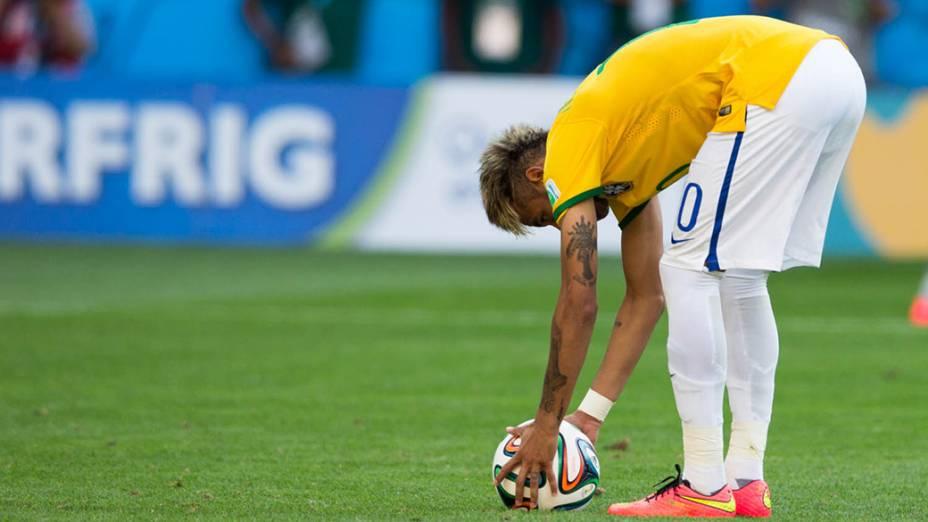 Neymar se prepara para cobrança de pênalti