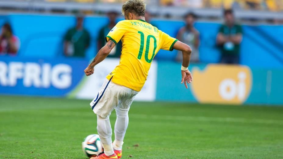 Neymar cobra pênalti contra o Chile
