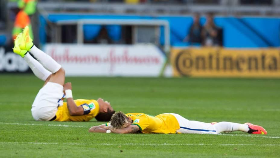 Thiago Silva e Neymar desabam em campo após a vitória nos pênaltis contra o Chile
