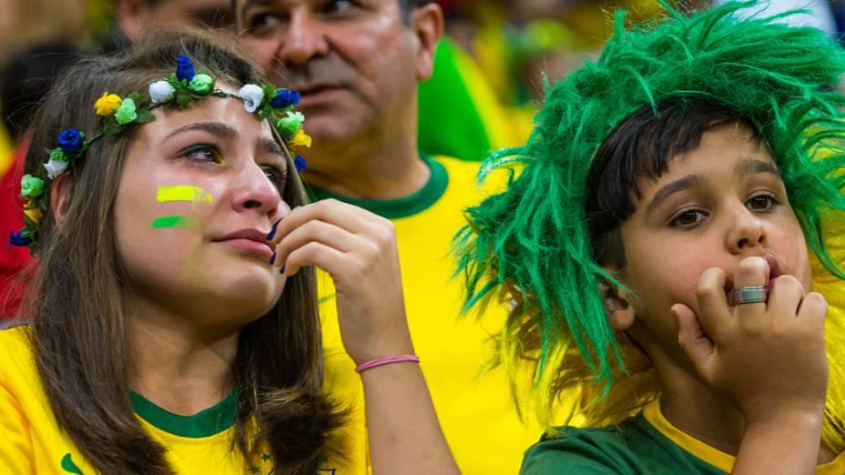 Torcedora chora durante o jogo entre Brasil e Holanda no Mané Garrincha, em Brasília