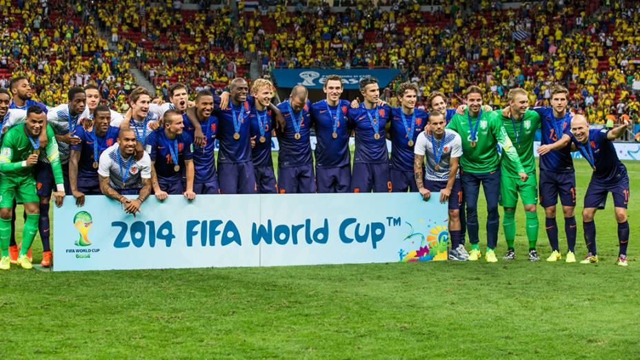Jogadores da Holanda posam com a medalha de bronze após vencerem o Brasil no Mané Garrincha, em Brasília