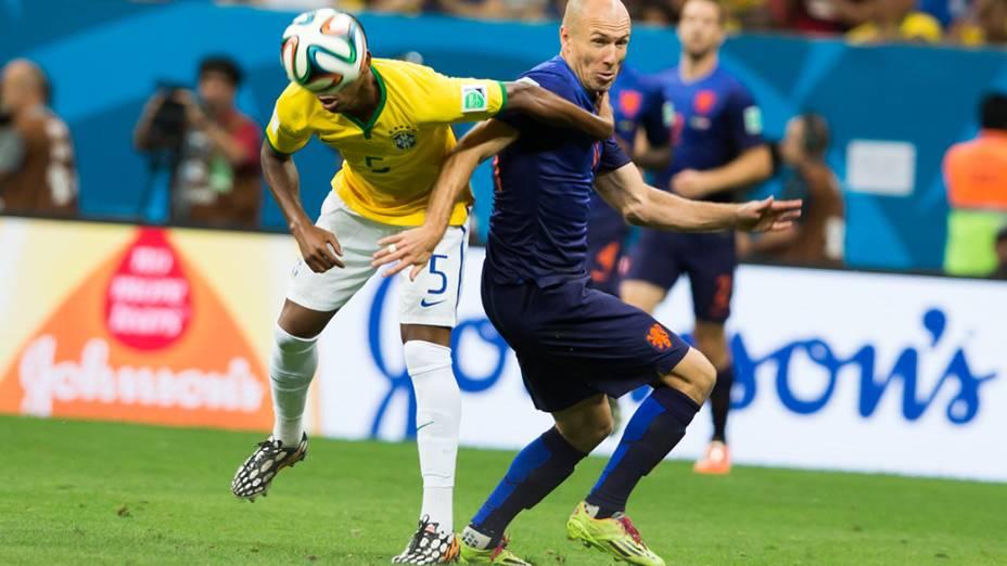 Fernandinho disputa a bola com o holandês Robben no Mané Garrincha, em Brasília