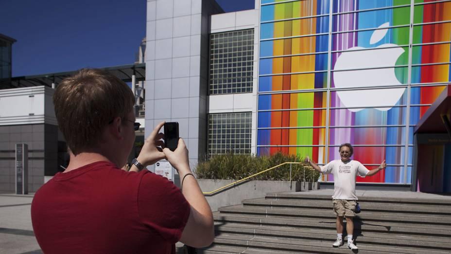 Fãs fotografam a fachada do Yerba Buena Center for Arts, em São Francisco, Califórnia onde será realizado o anúncio do novo iPhone 5