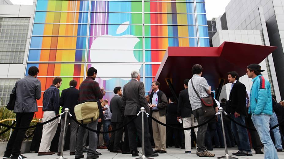 Jornalistas chegam para o evento no Yerba Buena Center for Arts, em São Francisco, Califórnia, em que será realizado o anúncio do novo iPhone 5
