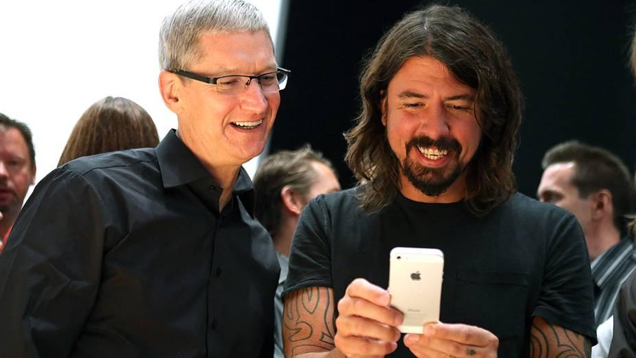 O executivo-chefe da Apple Tim Cook (esq.) e Dave Grohl da banda Foo Fighters olham o novo iPhone 5 durante evento da Apple