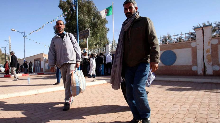 Argelinos deixando o hospital após terem sido mantidos reféns em estação de gás por terroristas islâmicos, em Amenas