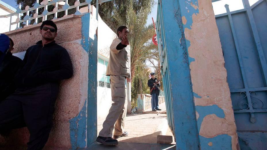 Guardas em frente ao hospital onde vítimas que foram feitas reféns por terroristas islâmicos foram levadas, em Amenas