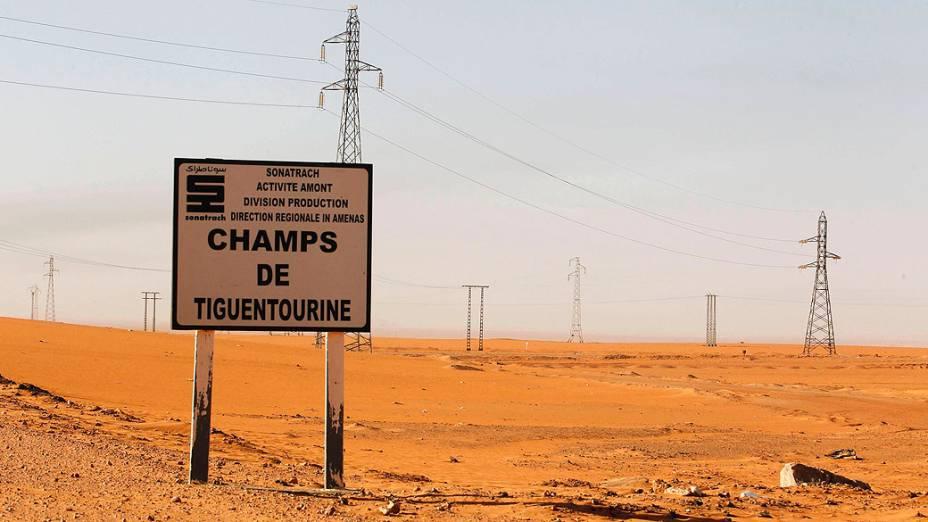 Placa sinalizando Tiguentourine, estação de gás onde ficaram os reféns capturados por militantes islâmicos, na Argélia
