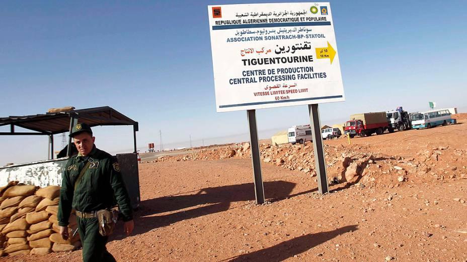 Soldado Argelino em Tiguentourine, estação de gás onde ficaram os reféns capturados por militantes islâmicos, na Argélia