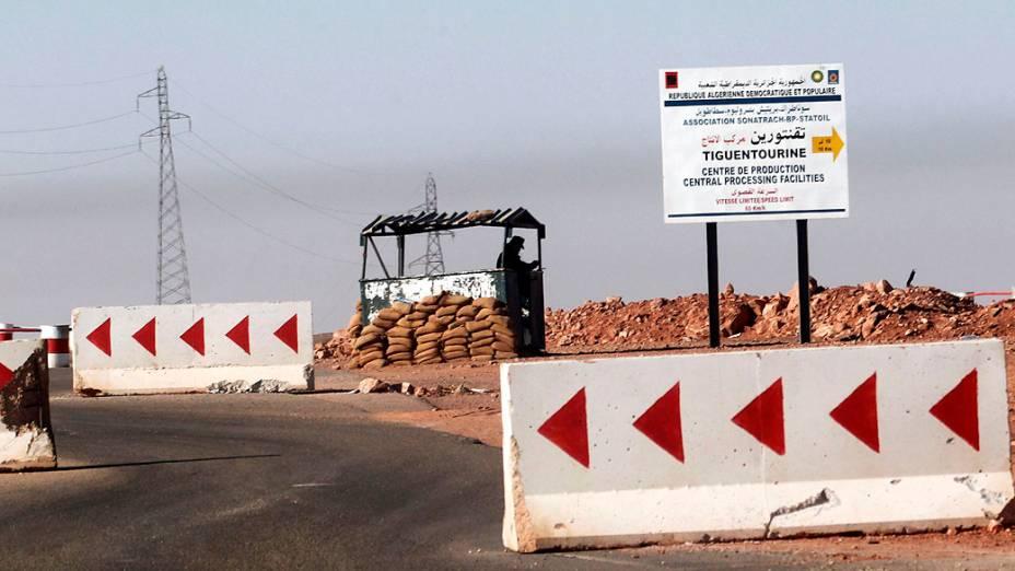 Soldado Argelino próximo à Tiguentourine, estação de gás onde ficaram os reféns capturados por militantes islâmicos, na Argélia