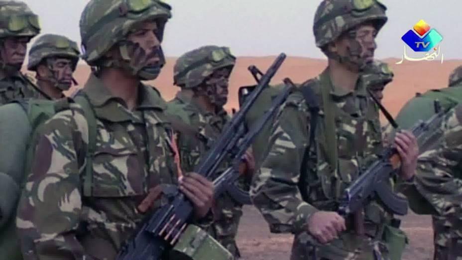 Imagem de TV local mostra soldados argelinos montando guarda no deserto ao sul do país