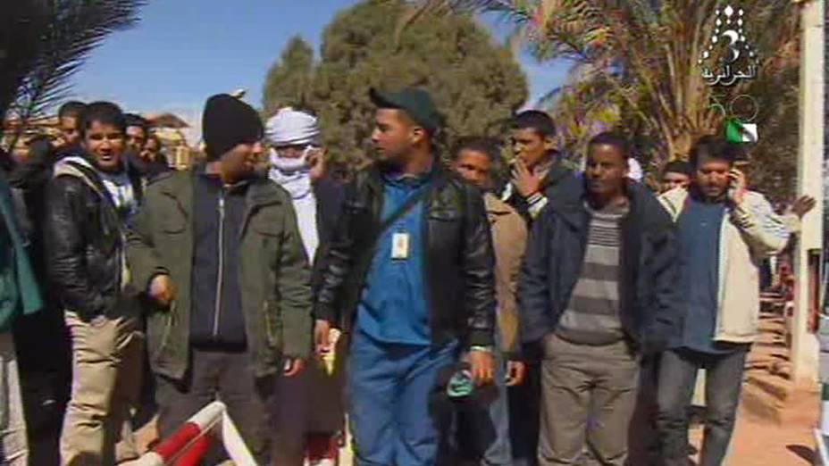 Imagem de TV local mostra reféns libertos, após serem capturados por terroristas islâmicos em campo de exploração de gás em Amenas, Argélia