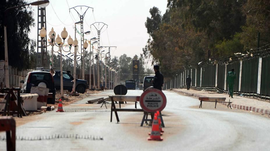 Policiais argelinos param carros em posto de controle em Amenas, perto da fronteira com a Líbia