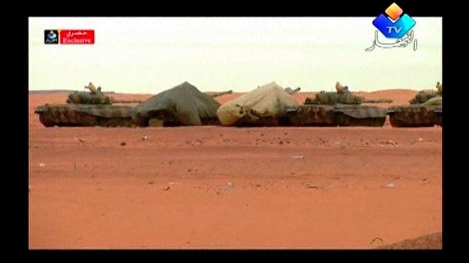 Tanques são vistos na área de uma usina de gás onde as forças argelinas lançaram uma operação para libertar reféns estrangeiros das mãos de terroristas islâmicos